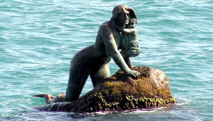 Русалка с ребенком в Мисхоре (Крым)