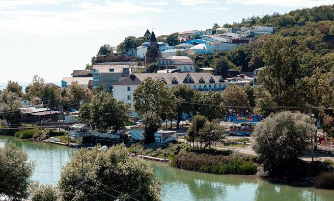 Поселок Новомихайловский очень зеленый