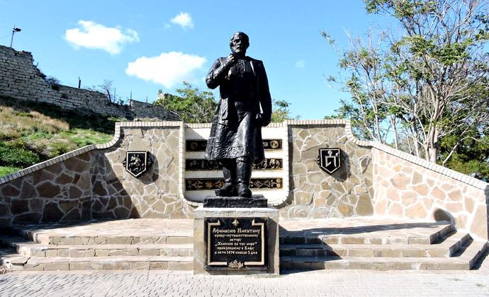 Памятник Афанасию Никитину в Феодосии