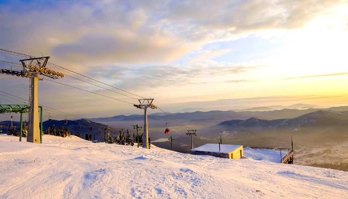 Подъемники на склонах горнолыжного курорта